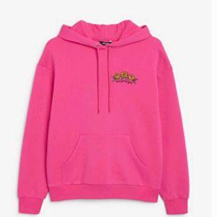 As snygg mörk rosa hoodie från monki, storlek xs passar s för den är oversized💞
