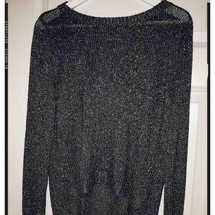 Glittrig tröja från HM i storlek M. Passar perfekt till både festliga & vardagliga tillfällen.