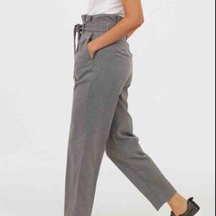 Gråa kostymbyxor får H&M, säljer pga att jag inte tycker de passar på mig. Sista bilden är från hemsidan men i en mörkare färg. Använda typ 3 ggr så i stort sätt nya. Ord. Pris 300 ❤️😘💕🤗🥵🥳