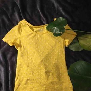 Ljusgul och tajt t-shirt från esprit 💫
