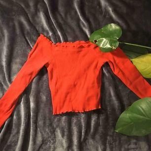 Röd offshoulder tröja från Gina tricot💫 liten i storleken