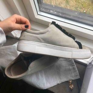 Hej, säljer mina knappt använda k.cobler skor i grå mocka! Köpa för 1000 kr i våras men inte min stil helt enkelt dock väldigt snygga!   Är mer som en 39 än 38 skulle jag dock säga :)