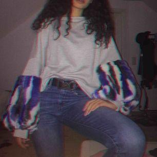 Cool grå sweatshirt med puffiga armar i blått och vitt, säljer pågrund av att jag har tröttnat. Passar mig lite smått oversize och jag använder i vanliga fall xs🌸