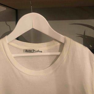 Acne Studios t-shirt med tryck! Storlek M men snarare en xs/s. 🥰🥰 Köparen står för frakt!