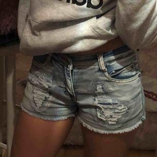 Säljer mina jeansshorts med slitningar. Strl XS/S. Säljes pga för små.