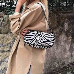 Super snygg zebra väska från Gina Tricot. Ganska säker på att den är slutsåld i deras butik. Färgen är inte lika vit som på första bilden utan är så som de två andra bilderna.