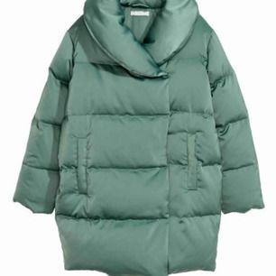 Slutsåld överallt!  Dimgrön dunjacka från H&M Premium Quality. Storlek 34 Nypris 1499kr Väldigt fint skick, inget att anmärka på. Köparen står för frakten  Rökfritt hem!