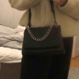 riktigt snygg handväska, bandet är justerbart!! Okändt märke, tror den är köpt i Spanien. Bra skick o så o tyvärr inte jätteanvänd av mig :))