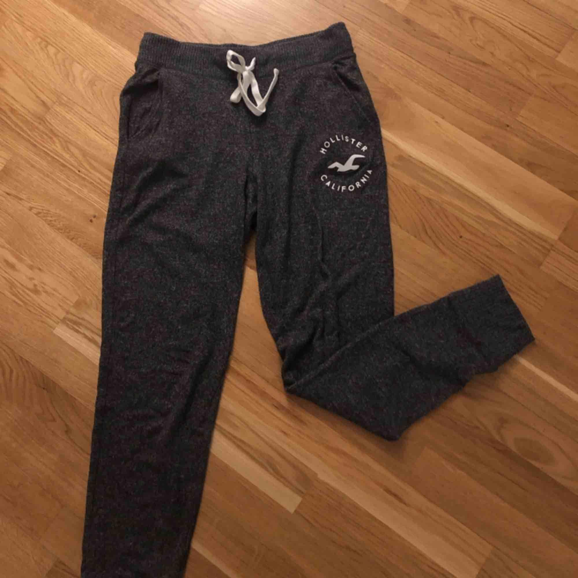 Mjukis byxor från Hollister i ett mysigt tunnare material, Stl S, 50kr, kanske lite noppriga men absolut inget man märker med tanke på materialet. Jeans & Byxor.