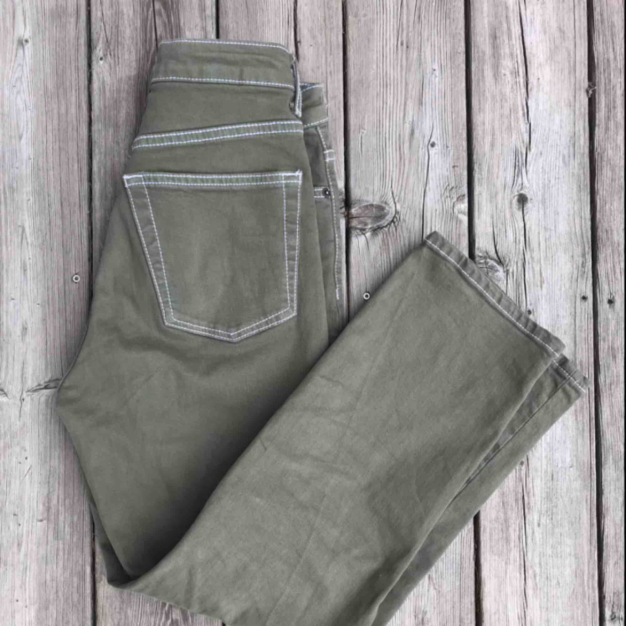 Snygga khakifärgade jeans med vita sömmar. Köpta på plick (förra säljarens bilder), använda fåtal ggr. Köpare står för frakt 🥰. Jeans & Byxor.
