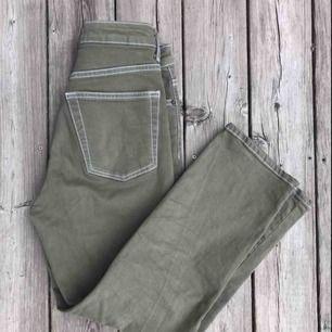 Snygga khakifärgade jeans med vita sömmar. Köpta på plick (förra säljarens bilder), använda fåtal ggr. Köpare står för frakt 🥰