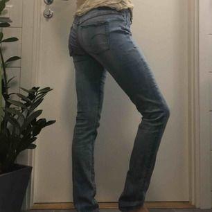 G-Star Jeans med knäppning i sidan.  (っ◔◡◔)っ MÅTT: Midja: 43cm Ytterbenslängd: 96cm Innerbenslängd: 81cm