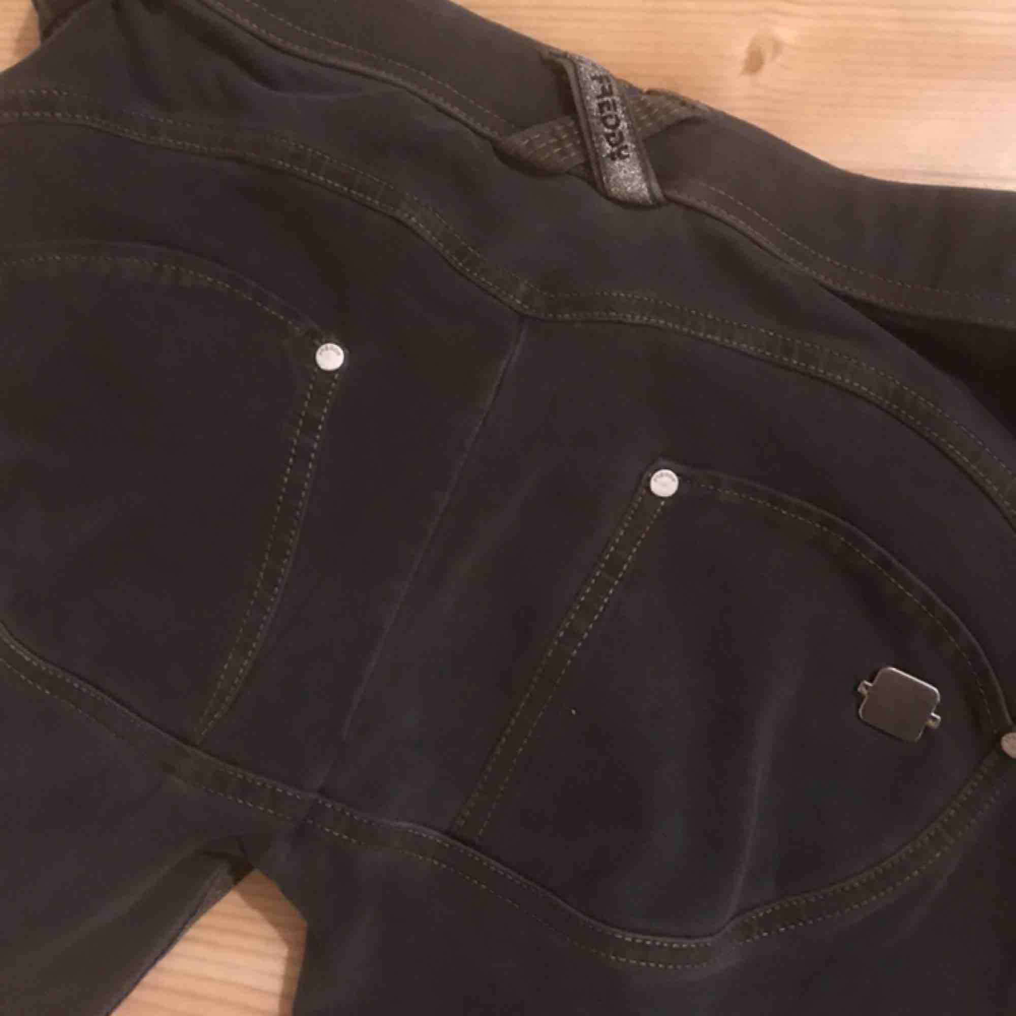 Säljer två par Freddy wr.up byxor med slitningar. Jättesköna och snygga, men jag har tyvärr för liten butt. Storlek XS: 300kr (använd 2 gånger).  Storlek S: 350kr (oanvända och lappen kvar). . Jeans & Byxor.