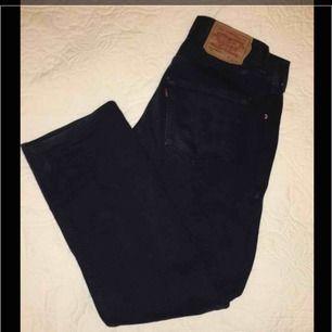 ☘️Levis Jeans 501 dark navy blue☘️perfekt skick☘️använda få gånger☘️Pris kan diskuteras☘️