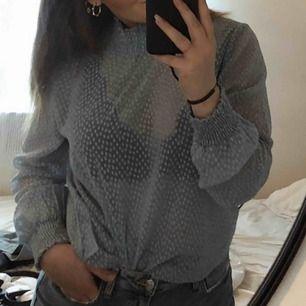 En snygg blus från vero Moda, storlek L men den passar mig dom har s/m oxå. Knappt använd🥰