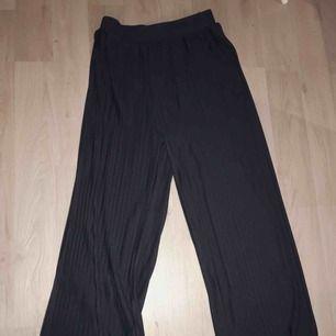 Plisserade byxor från HM som är helt oanvända. Jättefina och supersköna, men inte riktigt min stil.. köptes för 399:- och är som sagt helt oanvända💃🏼   Köparen står för frakt