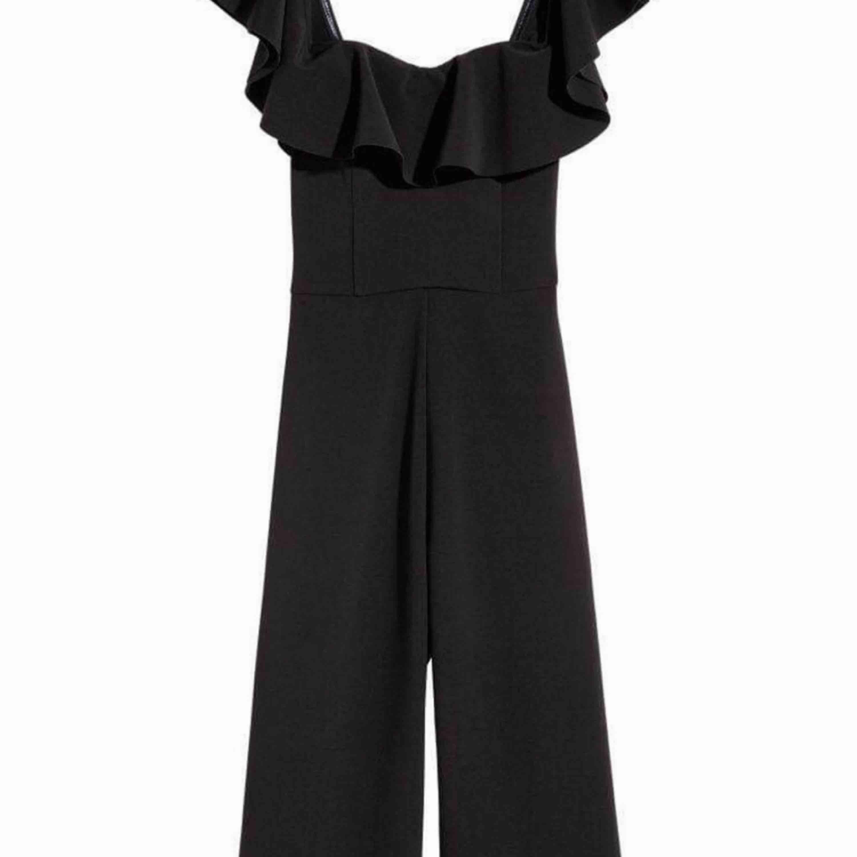 Byxdress i storlek m från strandivarius men mera än small, helt ny säljer pga har för breda axlar :(. Kostymer.