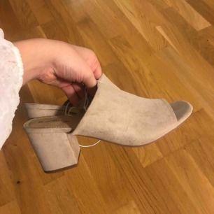 Nya skor med klack i mocka från dinsko storlek 37 men passar även mig med 38