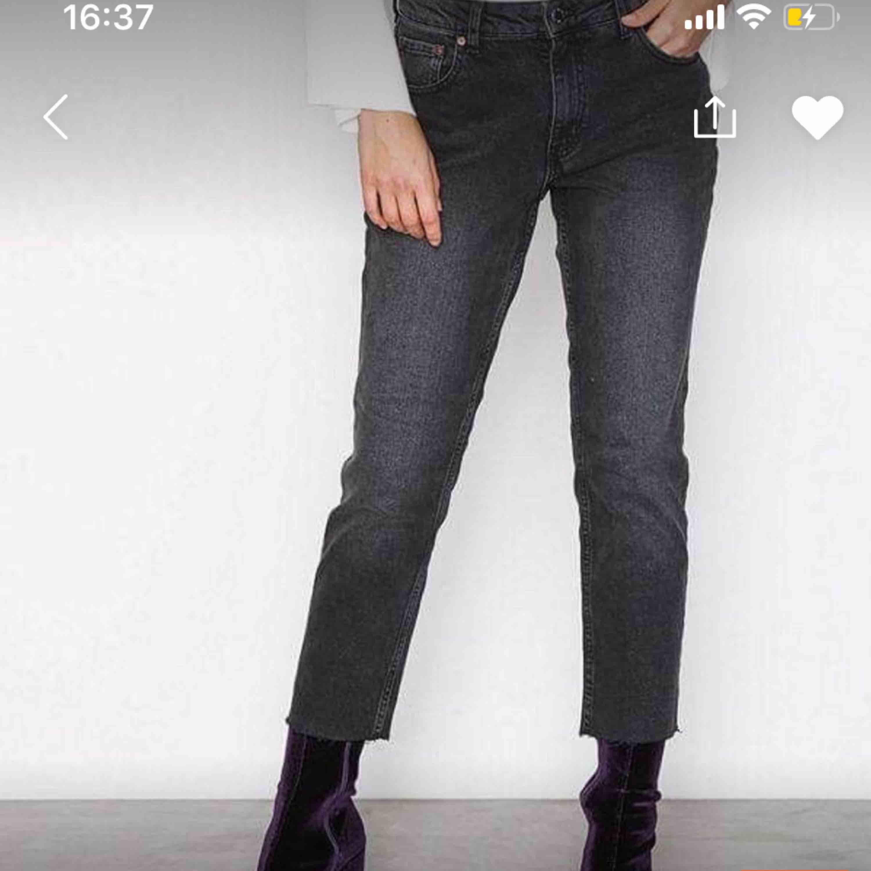 Grå jeans med slitning vid fot från nakd . Jeans & Byxor.