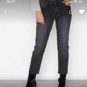 Grå jeans med slitning vid fot från nakd