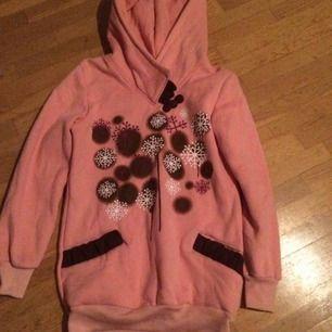 Mysig rosa hoodie, perfekt nu på vintern. Det står ingen storlek i men skulle tippa M-L, ev S om man vill ha den oversize. Priset är inkl frakt.