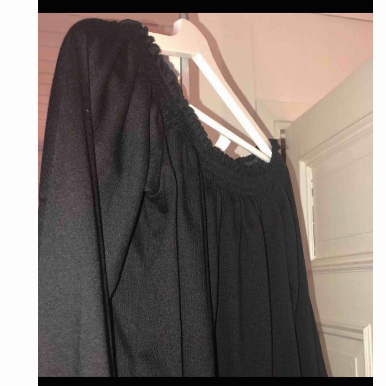 Off shoulder tröja ifrån HM. Passar mig som vanligtvis har storlek S/M. Köparen står för frakten :). Toppar.