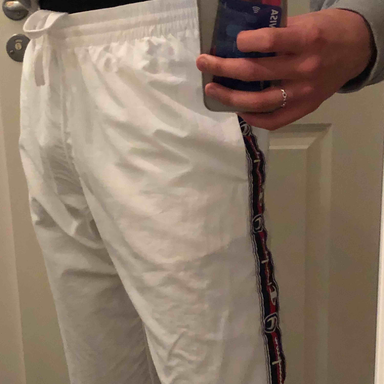 Knappt använda as snygga Champion sweatpants från Urban! (Nypris 600-700kr). Snygga till i princip allt. Köpare står för frakt 💓.. Jeans & Byxor.