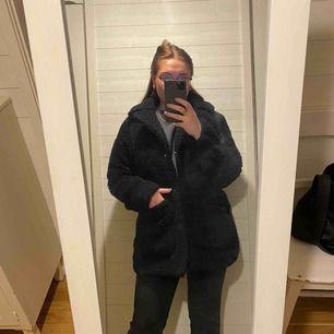 Teddyjacka, super varm(!!), använd 1 vinter. Köpt för 700kr. Fint skick! Storlek S, sitter sådär (se bilder) på mig som vanligtvis har M på jackor.