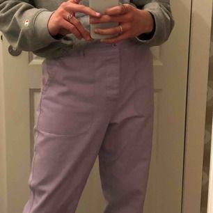 Feta lila byxor från Asos! Använda kanske två gånger, så skicket är som nytt! Behöver nytt hem!! Köpare står för frakt 💞.