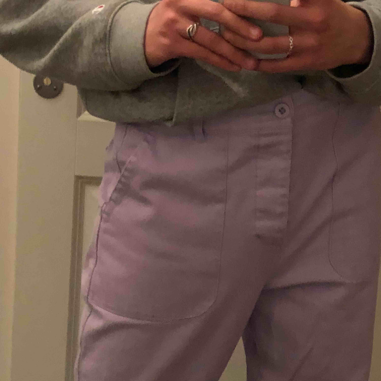 Feta lila byxor från Asos! Använda kanske två gånger, så skicket är som nytt! Behöver nytt hem!! Köpare står för frakt 💞.. Jeans & Byxor.