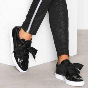 Jättefina Puma basket heart skor, storlek 36 använda fåtal gånger. Kan skicka fler bilder vid visat intresse.