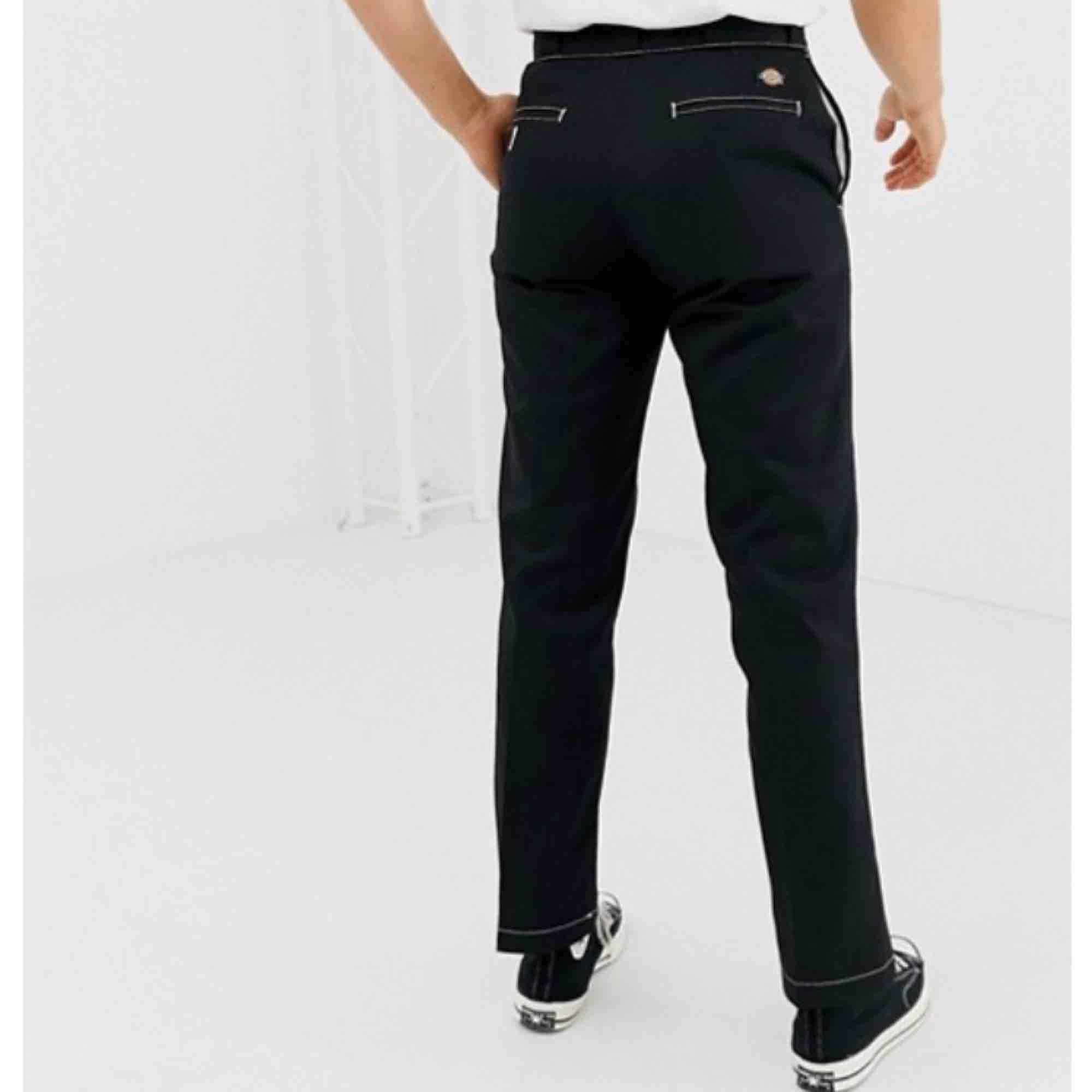 Säljer mina svarta dockies eftersom att jag inte använder dem så mycket längre, de passar mig som vanligt vis har 27 i midja🌻 Nypris 600kr. Kan skicka om köparen står för frakt:). Jeans & Byxor.