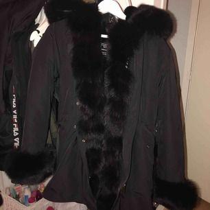 Hej! Jag säljer min parka jacka i äkta päls helt ny och helt oanvänd, säljer den pågrund av att den för liten! (Äkta päls) kan mötas upp eller fraktas!