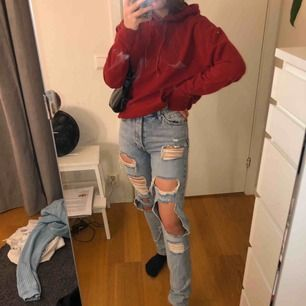 Slitna jeans från bikbok. Originalpris-500, köpt för nått år sen men har inte kommit till användning. Möts upp i Stockholm men frakt ingår inte tyvärr.
