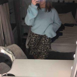 Jättefin leopard klänning. Använd vid ett tillfälle. Skulle personligen använt den som kjol men går såklart att ha den som den är. Figursydd med resårband. Möts upp och frakt ingår inte💖💕💓