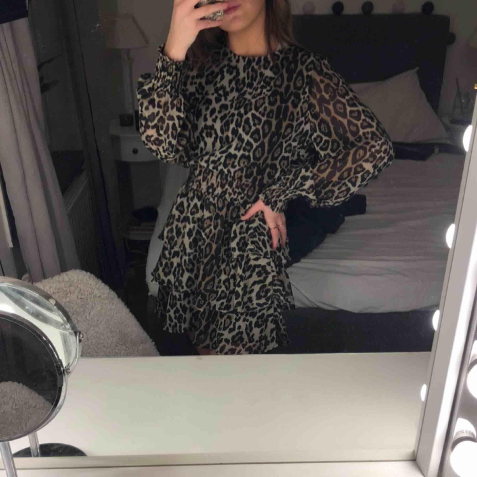 Jättefin leopard klänning. Använd vid ett tillfälle. Skulle personligen använt den som kjol men går såklart att ha den som den är. Figursydd med resårband. Möts upp och frakt ingår inte💖💕💓. Klänningar.
