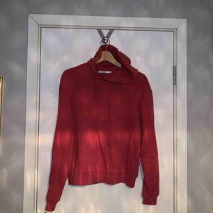 röd hoodie från NAKD. passar även S