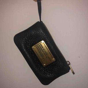 Gör en liten intressekoll på min älskade Marc Jacobs key pouch. Knappt använd så den är i perfekt skick och självklart äkta!💞 köpt för ungefär 1200 så buda med priser ni tycker är rimliga! Start bud: 200kr   Frakt: 18kr