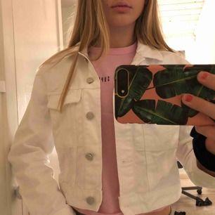 Vit jeansjacka från Gina. Storlek s men passar absolut xs! Nästan helt oanvänd, originalpris 300kr. Mitt pris 180kr ink frakt💞