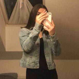 Super snygg jeans jacka!! Har fina detaljer och sitter jätte bra på. Storlek 38 men tycker den passar från 34 upp till 38😊