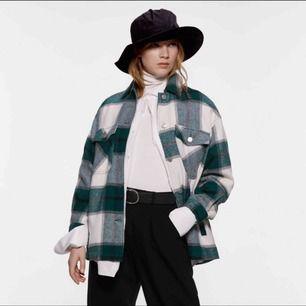 Säljer denna jacka ifrån byanastasia.se jackan är helt oanvänd. Jackan som är ifrån Zara är tunnare än denna, denna kan du ha till vintern med en hoodie under.