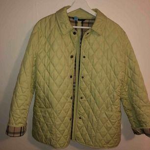 Diamond quilted jacket från Burberry, pastellgrön ish. Supersnygg men används tyvärr inte.