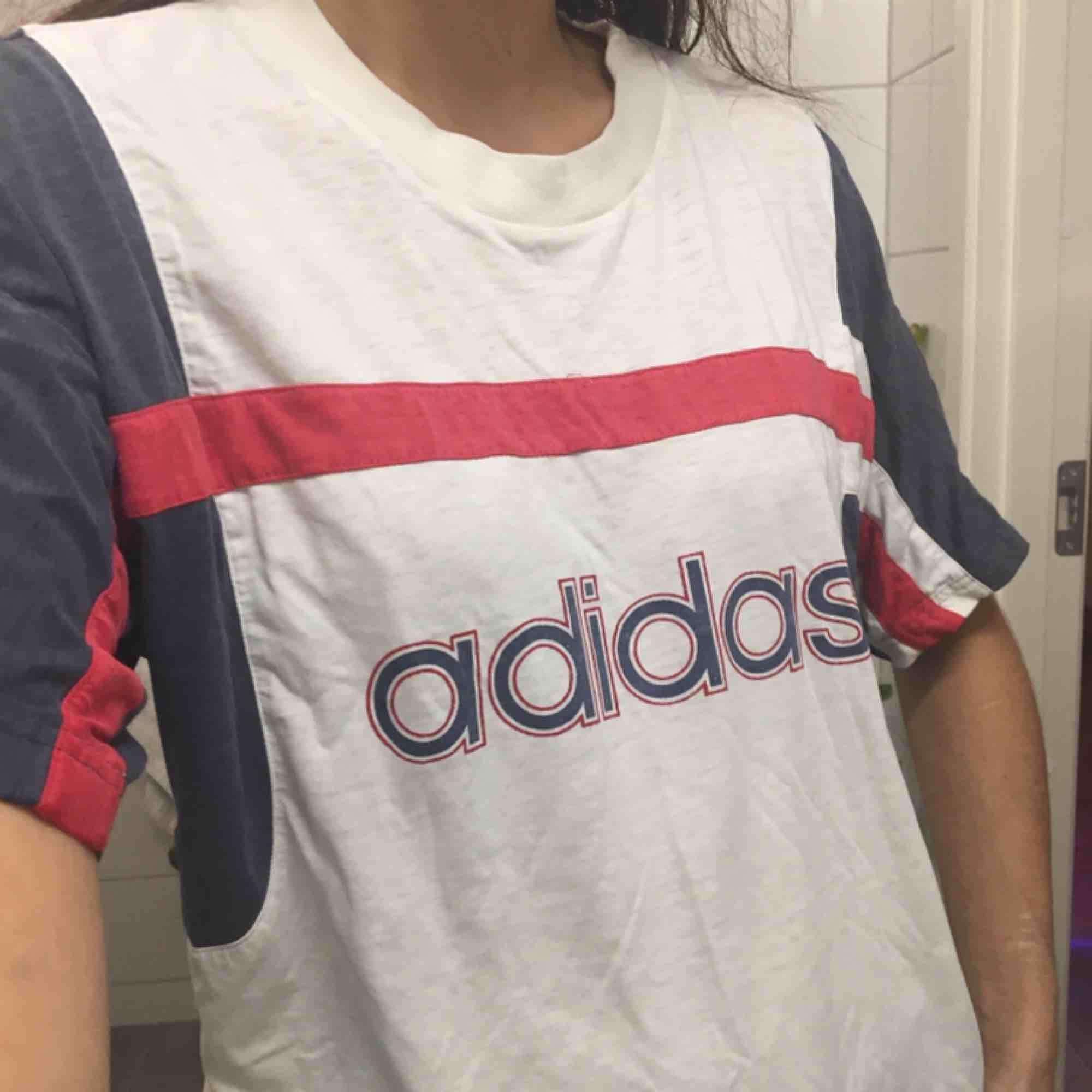 Adidas t-shirt.  (っ◔◡◔)っ MÅTT: Byst: 54cm Längd: 73cm . T-shirts.