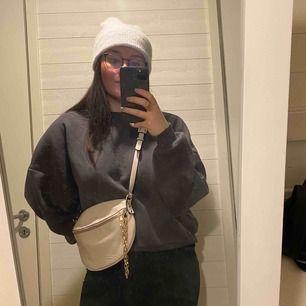 """Bumbag i """"unikt"""" utseende. Rymlig för en utekväll exempelvis. Fack även bak på väskan för plånbok till exempel. Aldrig använd."""