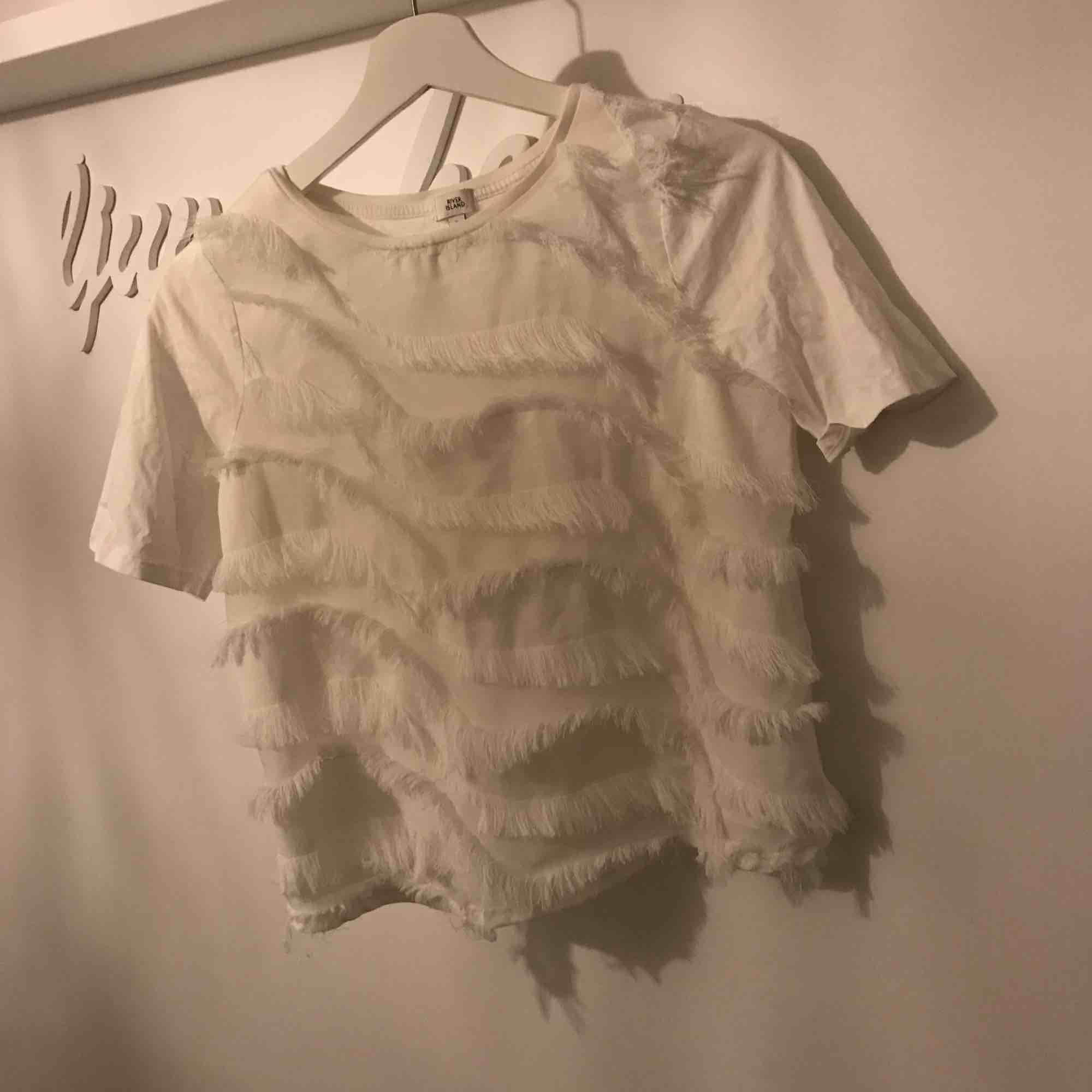 Jättefin T-shirt från River Island i storlek 6 (passar Xs-M)  Använd Max 3 ggr, inga fel alls!  Vid intresse skickas fler bilder🌸. T-shirts.