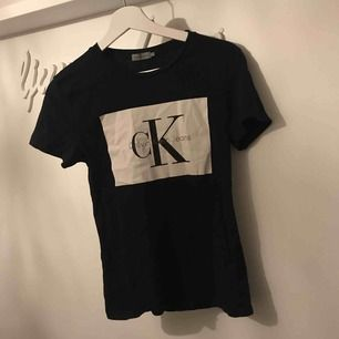 T-shirt från Calvin Klein i storlek S, självklart äkta  Inga fel på den och sparsamt använd (fint skick)  Vid intresse skickas fler bilder 🌸