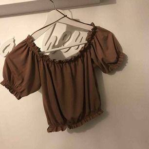 Söt topp från Gina tricot i storlek Xs  Använd Max 3 ggr, hel och fint skick!  Vid intresse skickas fler bilder🌸