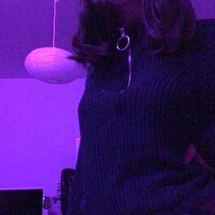 Är en långärmad tröja från HM som användas fåtal gånger. Har en liten öppning vid ärmen men som lätt går att sy. Betala genom swish eller mötas i Uppsala.