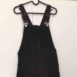 Knappt använd hängselklänning i jeanstyg!