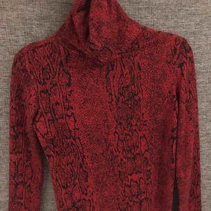 Röd svart i snake mönster, lite tjockare polotröja ifrån zara, supersnygg på!💕⚡️
